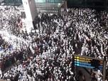 Menyemut! Ini Massa Penjemput Habib Rizieq Shihab di Soetta
