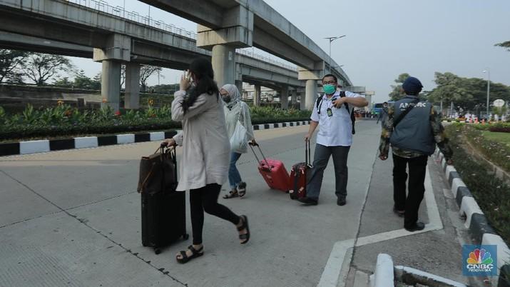 Penumpang Bandara Soekarno Hatta  usai ramai massa penjemput habib rizieq, selasa (10/11/2020). (CNBC Indonesia/ Tri Susilo)