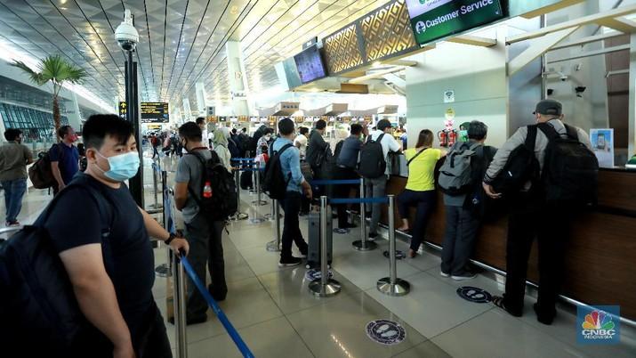 Penumpang Pesawat di Bandara Soekarno Hatta (CNBC Indonesia/ Tri Susilo)