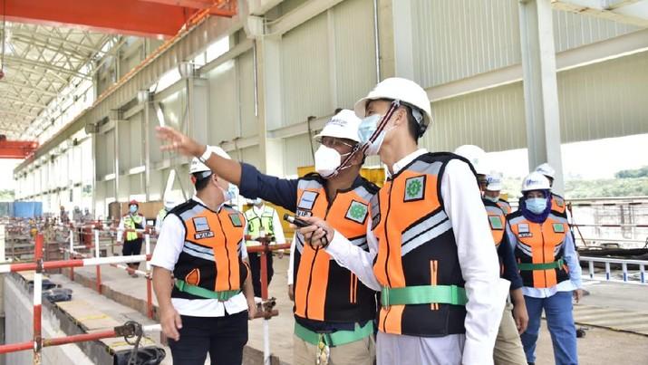 1. Direktur Utama PT Bukit Asam Tbk (PTBA) Arviyan Arifin mengunjungi PLTU Mulut Tambang Sumsel 8 yang dibangun oleh PT Huadian Bukit Asam Power, perusahaan konsorsium antara PTBA dan China Huadian Hongkong Company Ltd 2. PLTU Sumsel 8 adalah PLTU mulut tambang terbesar di Indonesia dengan kapasitas mencapai 2x620 MW 3. Pembangkit ini masuk dalam proyek 35.000 MW dan merupakan IPP (Independent Power Producer) yang terefisian dan termurah  4. Progres pembangunan PLTU Sumsel 8 kini telah mencapai 55% dan ditargetkan beroperasi komersial di Kuartal Pertama 2022 5. Nilai investasi proyek ini mencapai US$ 1,68 miliat dan membutuhkan pasokan batu bara sebanyak 5,4 juta ton.(Dok.PT Bukit Asam Tbk (PTBA))