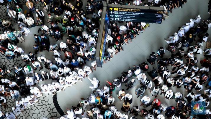 Suasana penjempuran Habib Rizieq massa berkempul di terminal kedatangan Internasional terminal 3 bandara Soekarno Hatta, Tangerang, Banten, Selasa, (10/11/2020). (CNBC Indonesia/ Tri Susilo)