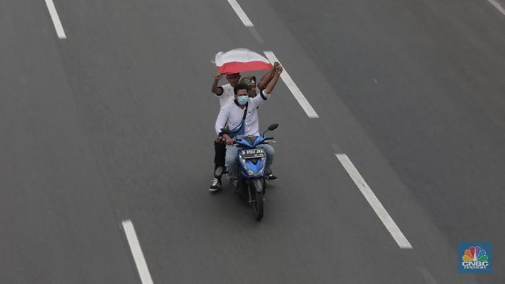 Suasana rombongan motor penjemput Rizieq Shihab di sepanjang Tol Grogol-Slipi Palmerah, Jakarta, Selasa (10/11/2020). (CNBC Indonesia/ Muhammad Sabki)