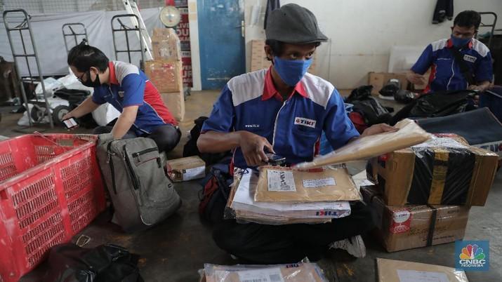 Pekerja mengemas barang pesanan konsumen saat Harbolnas 2020 di Gudang Ekspedisi Tiki, Fatmawati, Jakarta, Rabu, 11 November 2020. Bisnis logistik juga ikut menangguk untung dalam momen hari belanja online nasional (Harbolnas) 2020. Kepala Gudang Ekspedisi Tiki Eri menuturkan total paket yang dikirim saat Harbolnas bisa mencapai 10 ribu paket, jauh lebih tinggi dari rata-rata harian sebesar 5-7 ribu paket.