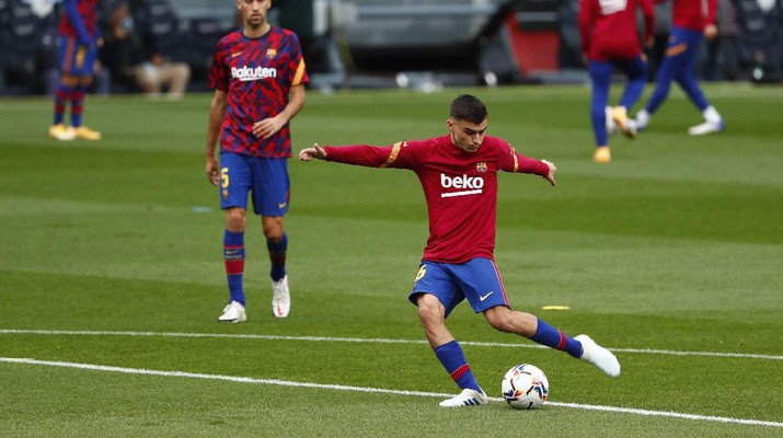 Barcelona's Pedri warms up ahead of the Spanish La Liga soccer match between FC Barcelona and Betis at the Camp Nou stadium in Barcelona, Spain, Saturday, Nov. 7, 2020. (AP Photo/Joan Monfort)