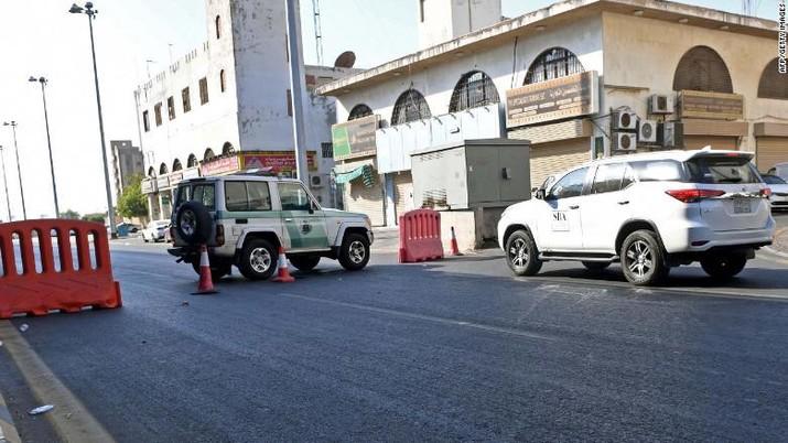 Polisi Saudi menutup jalan menuju pemakaman non-Muslim di Jeddah tempat sebuah bom menghantam peringatan Perang Dunia I. (Tangkapan Layar via CNN)