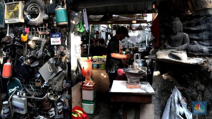 Sejumlah pencari barang antik sedang mengamati kios yang memajang barang tua dan antik di kawasan Vintage dan kampung galeri Kebayoran Lama, Jakarta Selatan, Jumat (13/11/20).  Di tengah pandemi dimana beberapa pusat niaga menurun, namun kawasan ini masih banyak diminati pengunjung.  Demi mensiasati konsep Kebayoran Vintage kawasan ini ditambah aneka jajanan. Dari bahan pangan, jajanan, dan barang-barang loak.  Ditengah bunyi bising kereta di stasiun ada di satu pasar besar di Jakarta Selatan tersebut.  Namun di balik keramaian tersebut siapa sangka saat mata memandang terpampang elok sebuah barang melegenda nan antik dijual ditengah keriuhan seperti itu.  Mengacu konsep Flea Market kekinian, pasar barang bekas yang terletak di ujung sisi luar Stasiun Kebayoran Lama itu diharapkan dapat menata kawasan menjadi lebih rapih dan tertib. Sejumlah pencari barang antik sedang mengamati kios yang memajang barang tua dan antik di kawasan Vintage dan kampung galeri Kebayoran Lama, Jakarta Selatan, Jumat (13/11/20).  Di tengah pandemi dimana beberapa pusat niaga menurun, namun kawasan ini masih banyak diminati pengunjung.  Demi mensiasati konsep Kebayoran Vintage kawasan ini ditambah aneka jajanan. Dari bahan pangan, jajanan, dan barang-barang loak.  Ditengah bunyi bising kereta di stasiun ada di satu pasar besar di Jakarta Selatan tersebut.  Namun di balik keramaian tersebut siapa sangka saat mata memandang terpampang elok sebuah barang melegenda nan antik dijual ditengah keriuhan seperti itu.  Mengacu konsep Flea Market kekinian, pasar barang bekas yang terletak di ujung sisi luar Stasiun Kebayoran Lama itu diharapkan dapat menata kawasan menjadi lebih rapih dan tertib.