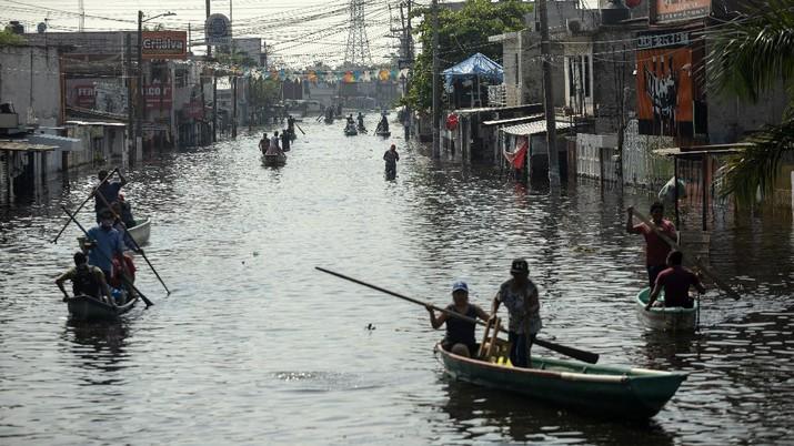 Banjir kiriman menggenangi sejumlah daerah di negara bagian Tabasco, Meksiko. (AP/Felix Marquez)
