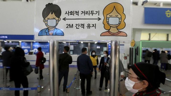 Korsel memberlakukan denda 10 ribu won bagi orang yang tidak mengenakan masker di tempat umum. (AP/Ahn Young-joon)