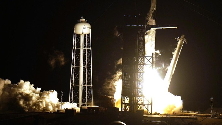 SpaceX Luncurkan 4 Astronot ke Stasiun Luar Angkasa. (AP/Malcolm Denemark)