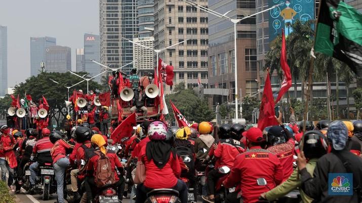 Massa buruh dari Kongres Aliansi Serikat Buruh Indonesia (KASBI) dan Komite Revolusi Pendidikan Indonesia (KRPI) yang melakukan demo tolak omnibus law UU Cipta Kerja di Kementerian Pendidikan dan Kebudayaan (Kemendikbud), Selasa (17/11). (CNBC Indonesia/Muhammad Sabki)