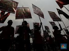 Tolak UU Cipta Kerja, Ramai-ramai Buruh Geruduk Gedung DPR