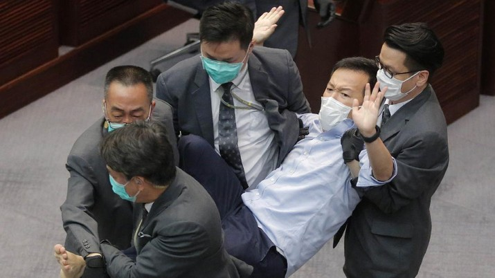 3 eks anggota parlemen Hong Kong ditangkap. (AP/Vincent Yu)