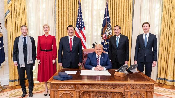 Menko Luhut Binsar Pandjaitan diterima Presiden AS Donald Trump (tengah) di Gedung Putih, Washington pada Selasa, 17 November 2020. (Biro Komunikasi Kemenko Bidang Kemaritiman dan Investasi)