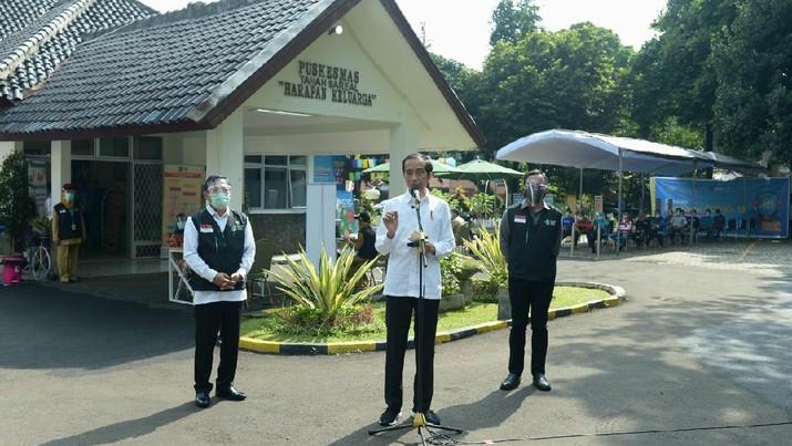 Presiden Joko Widodo melakukan inspeksi mendadak (sidak) ke sebuah puskesmas yang berlokasi di Kecamatan Tanah Sareal, Kota Bogor, Jawa Barat, pada Rabu, (18/11/2020). (Foto: Kris - Biro Pers Sekretariat Presiden)