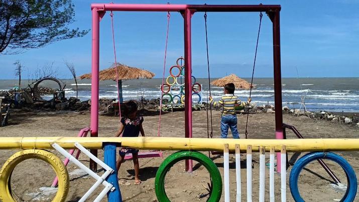 Di balik pemukiman warga Balongan, Kabupaten Indramayu, Jawa Barat, terdapat sebuah objek wisata tersembunyi yaitu Pantai Tirta Ayu.