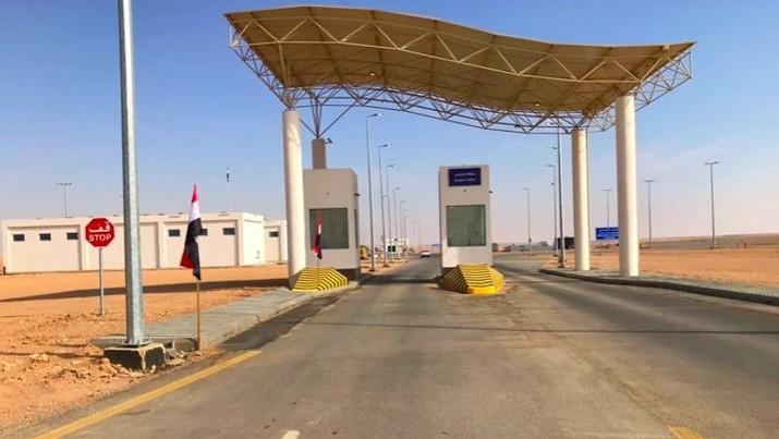 Perbatasan Arar yang memisahkan Arab Saudi dan Irak dibuka kembali setelah ditutup pada 1990. (AP Photo/Osama Sami)