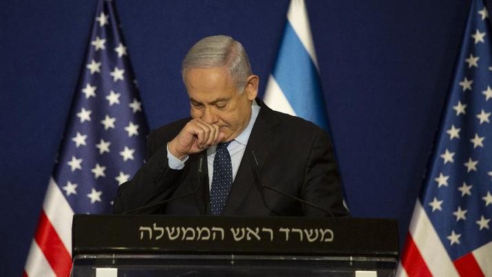 Perdana Menteri Israel Benjamin Netanyahu berhenti saat pernyataan bersama dengan Menteri Luar Negeri AS Mike Pompeo di Yerusalem, Kamis, (19/11/2020). (AP Photo / Maya Alleruzzo, Pool)