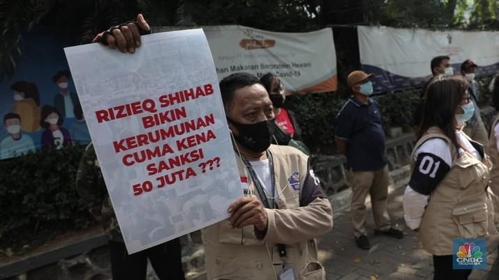 Sejumlah Relawan Satuan Tugas Penanganan COVID-19 melakukan aksi protes atas tidak tegasnya pemerintah mencegah kerumunan sejak kepulangan pemimpin Front Pembela Islam (FPI) Habib Rizieq Shihab di depan Hotel The Media, Jakarta Pusat, Kamis (19/11/2020. (CNBC Indonesia/Muhammad Sabki)