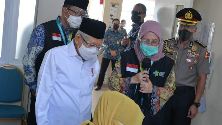 Wakil Presiden K. H. Ma'ruf Amin beserta rombongan terbatas bertolak ke Cikarang, Kabupaten Bekasi, Provinsi Jawa Barat, Kamis (19/11/2020). Wapres akan meninjau simulasi vaksinasi Covid-19 yang diselenggarakan di Puskesmas Cikarang. (Dok: Asdep KIP Setwapres)