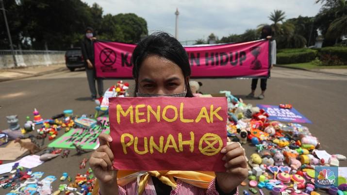 Sejumlah aktivis Extinction Rebellion (XR) Indonesia menggelar aksi di Taman Pandang, Kawasan Silang Monas Barat, Jumat (20/11/2020). (CNBC Indonesia/Andrean Kristianto)