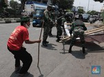 Penampakan Prajurit TNI Copot Baliho Habib Rizieq Shihab