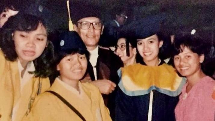 Menteri Keungan Sri Mulyani saat  wisuda Sarjana Ekonomi Fakultas Ekonomi Universitas Indonesia, Agustus 1986. (Tangkapan Layar Instagram @smindrawati)