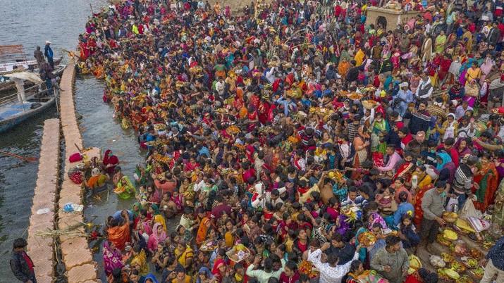 India merayakan festival Chhath Puja ditengah pandemi covid-19. (AP/Rajesh Kumar Singh)