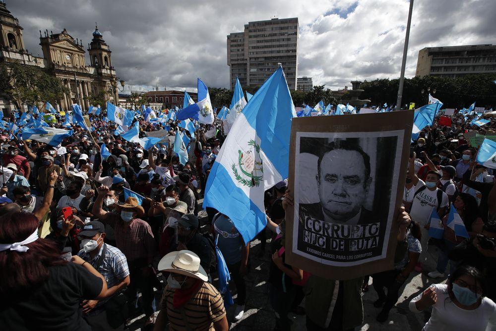 Ratusan pedemo bakar gedung Kongres Guatemala. (AP/Oliver De Ros)