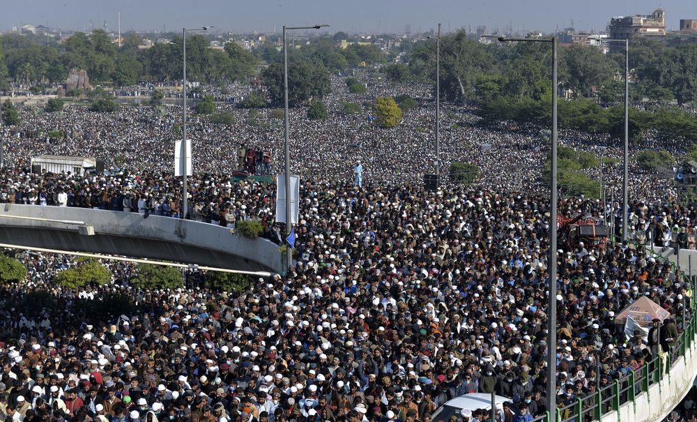 Ratusan ribu orang menghadiri pemakaman di Lahore, Pakistan. (AP/Waleed Ahmed)
