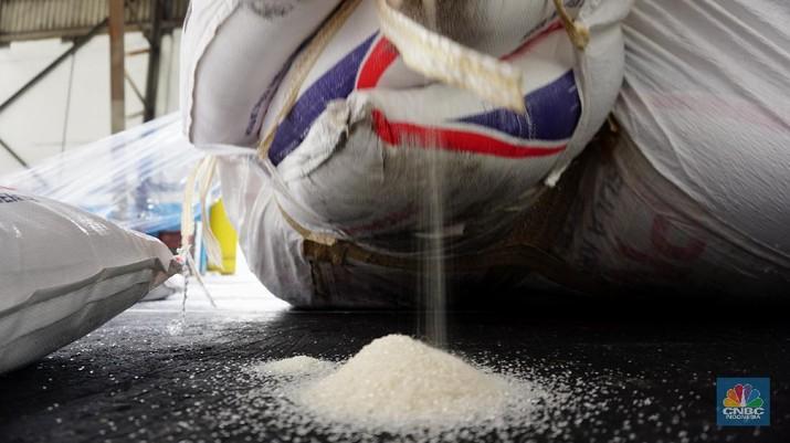 Petugas gudang gula sugar (konsumsi) mendata pasokan gula yang akan dikirim ke berbagai daerah ke seluruh Indonesia di Pelabuhan Tanjung Priok, Senin (23/11/2020). Dalam sehari bisa mengirim 250 ton gula sugar dengan kapasitas 10 truk angkut. (CNBC Indonesia/Tri Susilo)   Pemerintah dan dunia usaha masih menghitung angka pasti stok nasional pada akhir 2020 yang menjadi dasar penentuan rencana pemenuhan kebutuhan gula pada 2021. (CNBC Indonesia/ Tri Susilo)