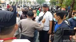Adu Pukul Warnai Ricuh Aksi Damai Tolak FPI di Surabaya