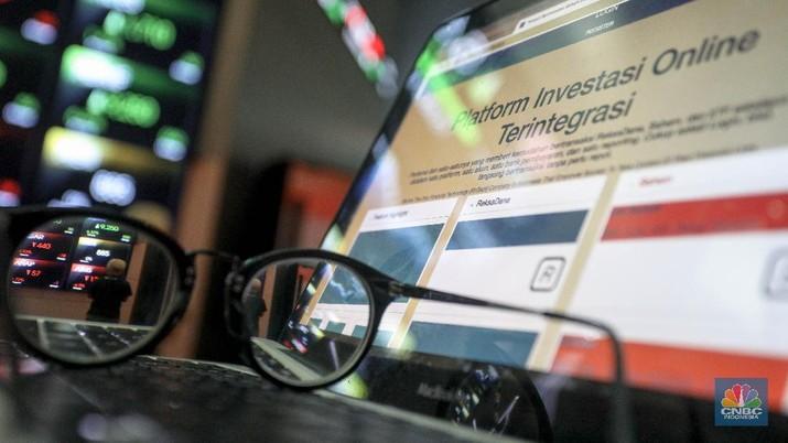 Layar pergerakan perdagangan saham di gedung Bursa Efek Indonesia, Selasa (24/11/2020). (CNBC Indonesia/ Andrean Kristianto)