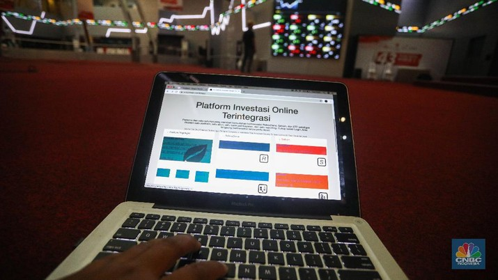 Warga mempelajari platform investasi di Gedung Bursa Efek Indonesia, Jakarta, Selasa (24/11/2020). (CNBC Indonesia/ Andrean Kristianto)