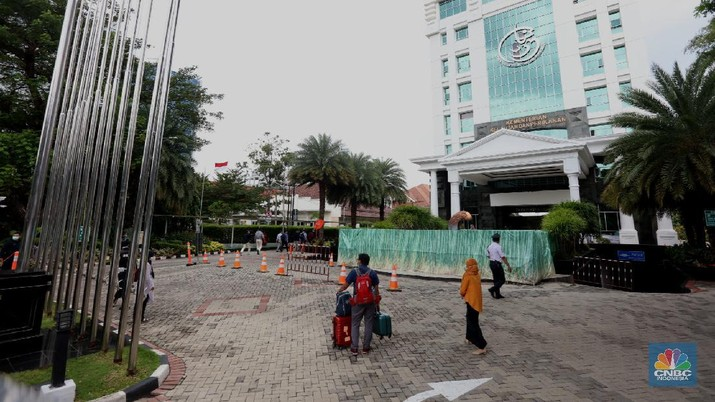 Komisi Pemberantasan Korupsi (KPK) tiba di Gedung Mina Bahari kantor Kementrian Kelautan dan Perikanan (KKP) Rabu (25/11/2020). (CNBC Indonesia/Tri Susilo)