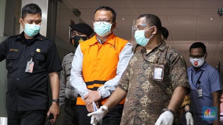 Menteri Kelautan dan Perikanan Indonesia Edhy Prabowo usai di periksa di Geudng KPK, Rabu 25/11. Komisi Pemberantasan Korupsi ( KPK) menetapkan Menteri KKP sebagai tersangka. Penetapan tersangka ini merupakan hasil pengembangan kasus dugaan suap terkait ekspor benih lobster atau benur. Edhy Prabowo ditangkap bersama istrinya, Iis Rosita Dewi, yang juga anggota Komisi V DPR dari Fraksi Partai Gerindra. Edhy Prabowo diketahui melakukan kunjungan ke Hawaii, Amerika Serikat (AS). (CNBC Indonesia/ Tri Susilo)