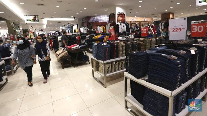 Pengunjung berbelanja di Matahari Store dikawasan Jakarta, Senin (30/11/2020). PT Matahari Departement Store Tbk (LPPF) menutup 6 gerainya hingga akhir tahun ini. Jumlah gerai perusahaan ritel ini akan berkurang dari 153 toko menjadi 147 toko.  (CNBC Indonesia/ Tri Susilo)