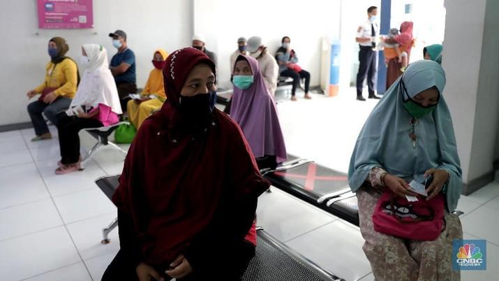 Warga pengantri Bantuan Langsung Tunai (BLT) atau disebut juga Bantuan Presiden Produktif kepada UMKM yang terdampak Covid-19 di kantor Cabang Unit Parung, Bogor, Jawa Barat, Selasa 1/12. Bantuan yang dikelola melalui Kementerian Koperasi dan Usaha Mikro Kecil dan Menengah (Kemenkop dan UKM) senilai Rp 2,4 juta ini disalurkan melalui Bank Rakyat Indonesia (BRI). Pemerintah juga telah menambah target penerima BLT UMKM dari 9 juta usaha menjadi 12 juta. Sejak pagi, sejumlah masyarakat yang merupakan pedagang, pelaku umkm, termasuk ojek online, memadati halaman Kantor Cabang BRI. (CNBC Indonesia/ Muhammad Sabki)