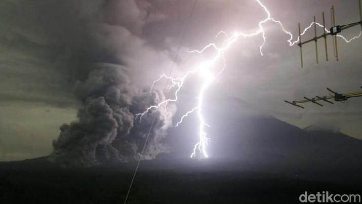 Gunung Semeru mengeluarkan guguran awan panas (Foto: Nur Hadi Wicaksono/detikcom)