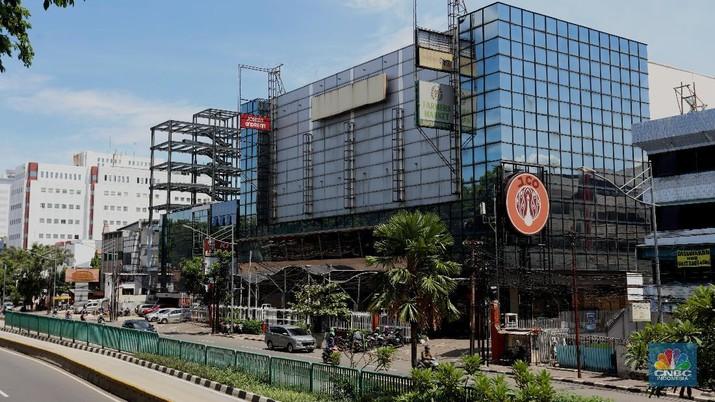 Karyawan toko membereskan barang di Mal Golden Truly, Jakarta, Rabu (2/12/2020). Pusat perbelanjaan Golden Truly yang berlokasi di jalan Gunung Sahari, Jakarta Pusat resmi menutup oprasionalnya, ini dilakukan sejak 1 Desember 2020.  (CNBC Indonesia/  Tri Susilo)