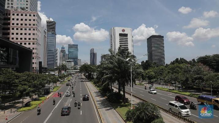 Suasana langit biru di Jakarta terlihat di menara Perpustakaan Nasional, Jakarta, Rabu (2/12). Menurut Badan Meteorologi Klimatologi dan Geofisika (BMKG) Kondisi cuaca yang cerah diakibatkan kelembapan udara yang kering serta angin yang kencang sehingga menghambat pertumbuhan awan hujan dan menyebabkan langit berwarna biru. Berdasarkan data AirVisual dan AirNow menunjukkan Air Quality Index (AQI) dengan polutan PM 2,5 tingkat konsentrasi mikrometer/m³ membaik dalam tiga hari ke belakang. Penurunan konsentrasi akan membuat langit terlihat cerah. Penurunan polusi udara yang berujung dengan indahnya langit Jakarta sempat terjadi pada awal Juli lalu. BMKG mengatakan penurunan polusi udara yang signifikan setelah beberapa pekan penerapan PSBB di DKI Jakarta akibat pandemi Covid-19. (CNBC Indonesia/ Muhammad Sabki)