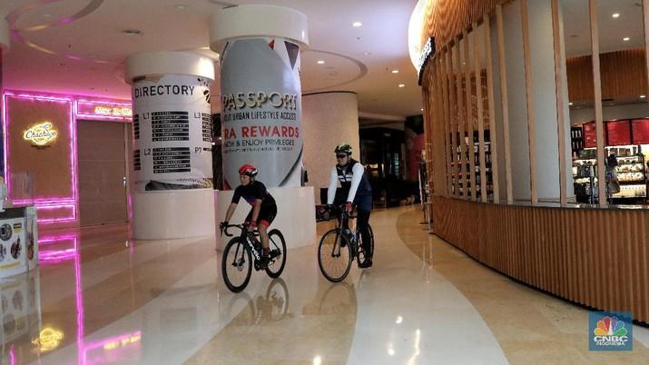 Sejumlah pesepeda mengayuh sepedanya di salah satu Mal kawasan Kuningan, Jakarta Selatan, Rabu (2/12/2020). Pengelola pusat perbelanjaan tersebut menyediakan fasilitas bagi para pesepeda untuk mencoba sensasi berkeliling di area mal guna membangun minat masyarakat agar kembali mengunjungi pusat perbelanjaan. Nantinya, pengguna sepeda diperbolehkan untuk parkir sepeda di depan area tenant yang mereka datangi ketika ingin berbelanja. Kegiatan ini dilakukan dalam rangka mendukung penggunaan sepeda di tahun 2020 melalui sebuah program bernama Score yaitu Shop, Coffee, dan Ride dimana merupakan program yang didedikasikan untuk para pesepeda mandiri atau yang tergabung dalam komunitas, di era new normal.
