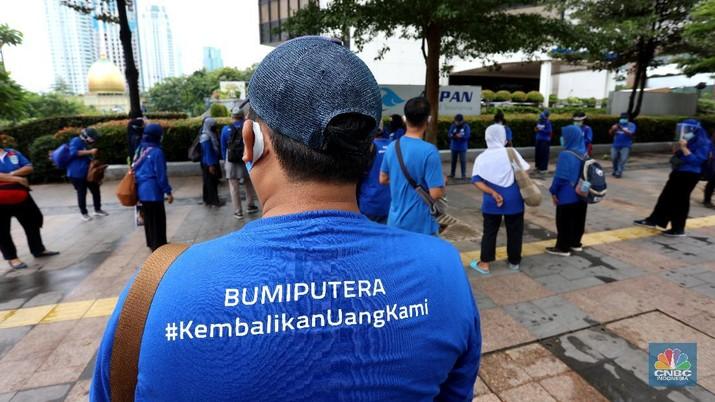 Puluhan nasabah AJB Bumiputra 1912 mendatangi kantor Bumiputra di kawasan Sudirman, Jakarta Pusat, Kamis (3/12/2020). Nasabah menggunakan koas berwarna biru bertiliskan