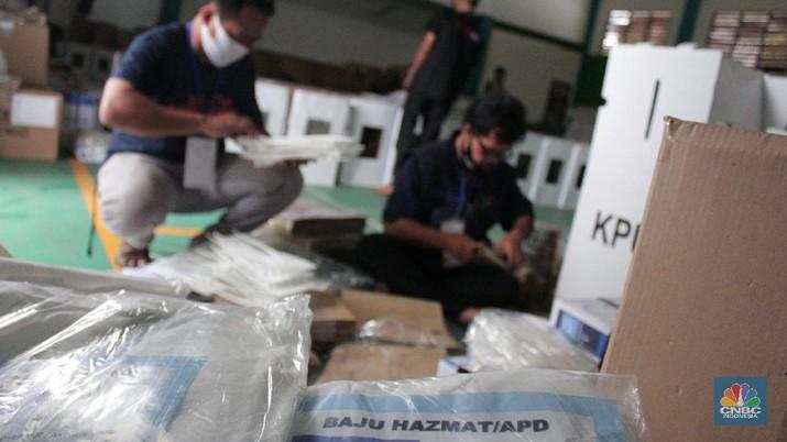 Petugas Panita Pemilihan Kecamatan (PPK) mempersiapkan logistik Pilkada Kota Tangerang Selatan 2020 di Gor Pondok Aren, Tangeran Selatan, Banten, Jumat (04/12/2020). (CNBC Indonesia/ Muhammad Sabki)