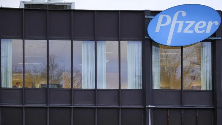 logo Pfizer. AP/Olivier Matthys