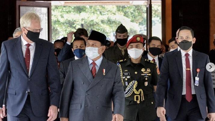 Menteri Pertahanan RI Prabowo Subianto Menerima kunjungan Christopher C Miller - United States Secretary of Defense (Menhan AS) di Kementerian Pertahanan RI. (Kementerian Pertahanan RI)