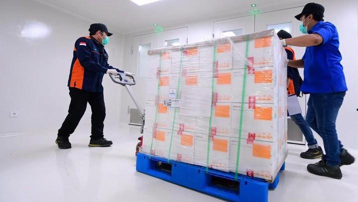 Vaksin Covid-19 buatan Sinovac yang tiba di Bandara Internasional Soekarno-Hatta pada Minggu malam, 6 Desember 2020, langsung dibawa menuju Kantor Pusat Bio Farma di Kota Bandung. (Foto: Muchlis Jr - Sekretariat Presiden)