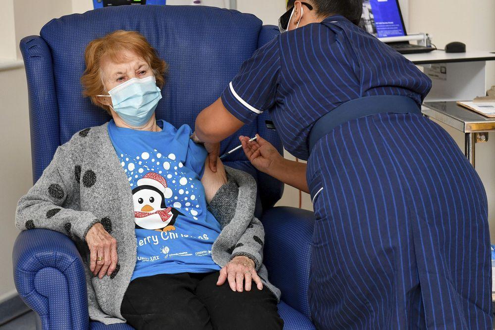 Margaret Keenan, seorang nenek berusia 90 tahun dari Inggris, telah menjadi orang pertama di dunia yang menerima vaksin Pfizer COVID-19. (AP/Jacob King)
