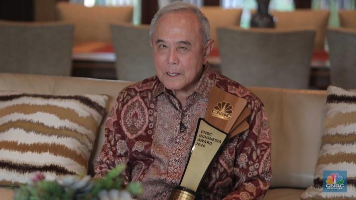 Peter F Gontha memberi piagam kepada Theodore Permadi Rachmat atau yang lebih dikenal dengan TP Rachmat saat meraih pemenang CNBC Indonesia Awards Lifetime Achievement. (CNBC Indonesia/Muhammad Sabki)