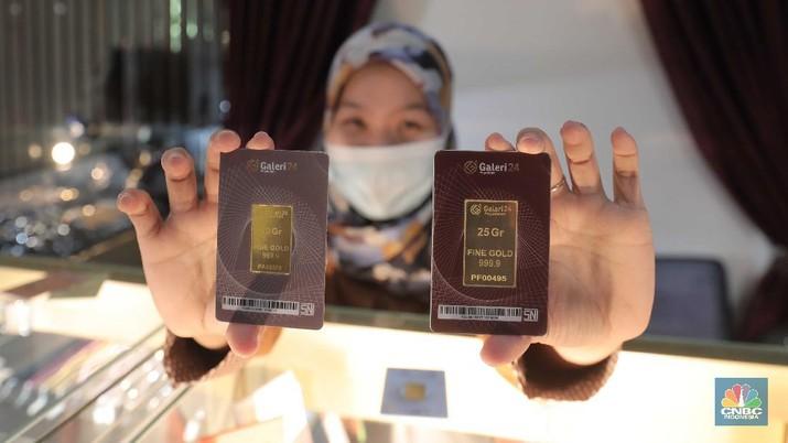 Petugas menunjukkan emas batangan di sebuah gerai emas di Pegadaian, Jakarta. (CNBC Indonesia/Muhammad Sabki)