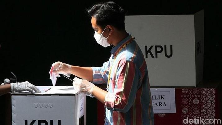 Calon Wali Kota Solo Gibran Rakabuming Raka mencoblos di TPS 22 Manahan, Solo. (Detikcom/Agung Mardika)